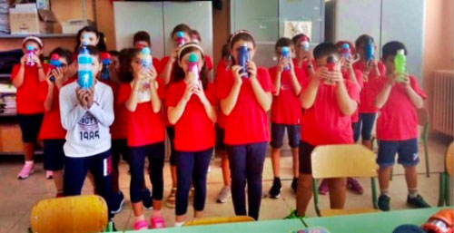 Alunni della scuola elementare Don Bosco che mostrano la loro borraccia da usare al posto delle bottigliette di plastica.