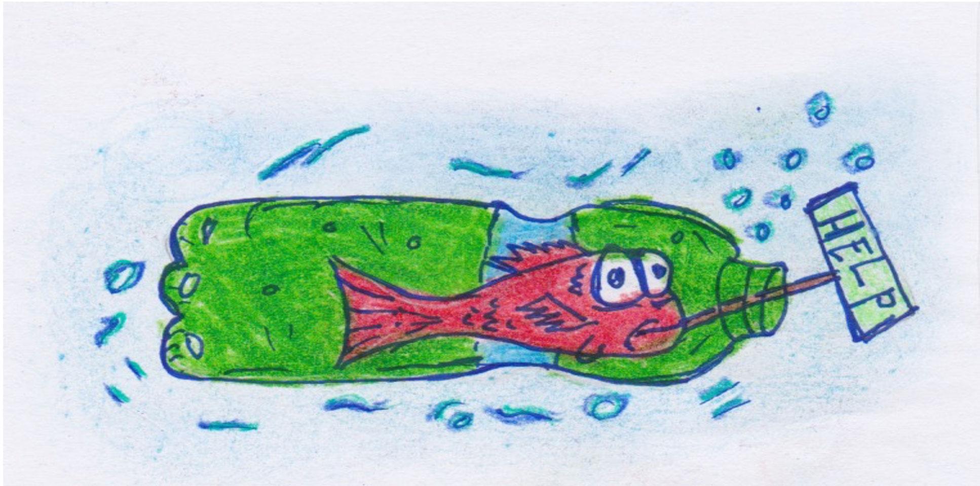 """Il disegno raffigura un pesce spaventato, rimasto intrappolato in una bottiglia di plastica, che tiene in bocca un cartello con la scritta """"HELP"""""""